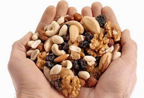 noix dans les mains