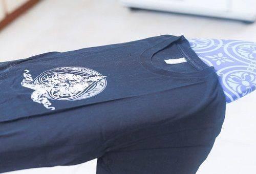 ta bort klistermärken med järnskjortor