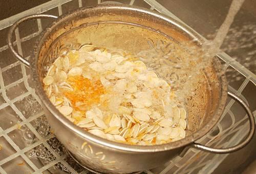 Preparando semillas de calabaza para secar