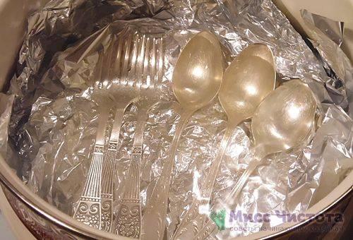 Fourchettes et cuillères en argent pelées