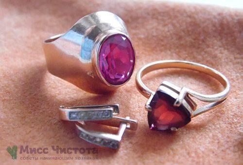 Nettoyage des bijoux avec des pierres