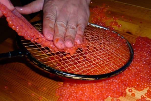 Séparation du caviar du film à l'aide d'une raquette de badminton