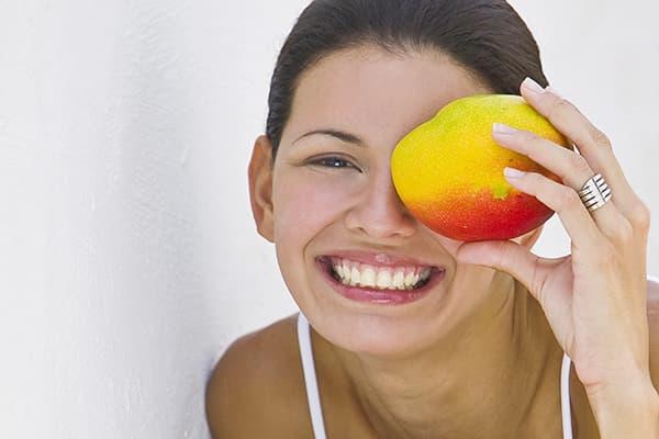 Fille aux fruits de mangue