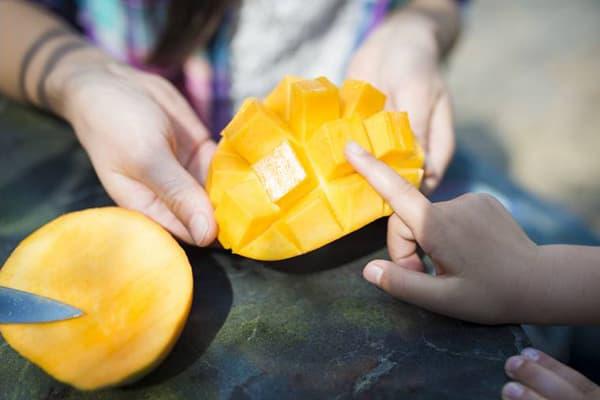 Fruits de mangue coupés