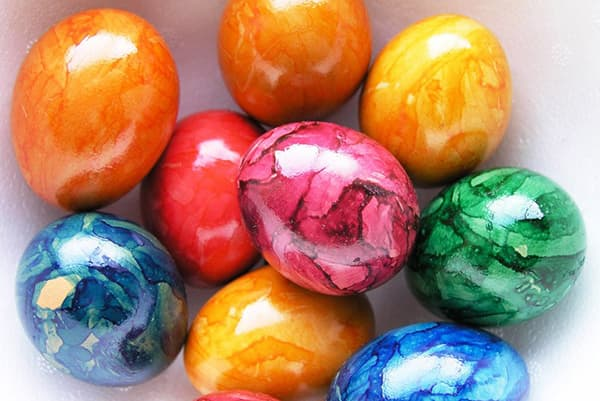 Oeufs de Pâques avec des taches de colorant