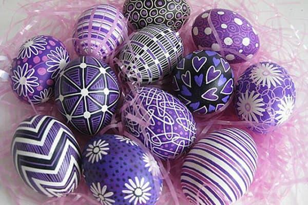 Oeufs de Pâques peints avec des marqueurs