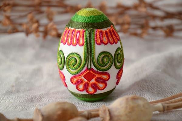 Oeuf de Pâques décoré de fils colorés