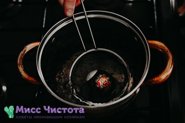 Utiliser des autocollants thermiques pour décorer un œuf de Pâques