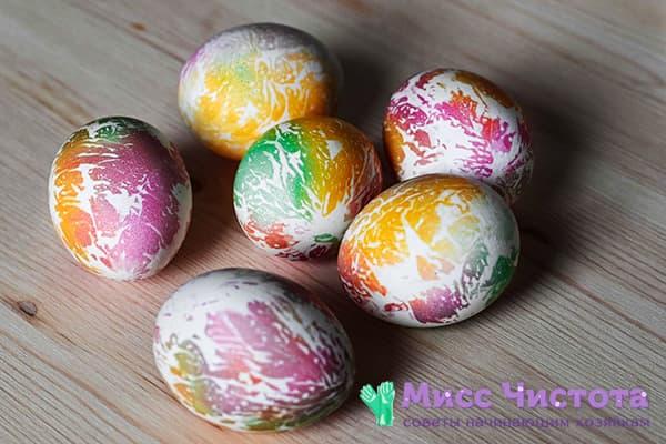 Œufs teints avec des colorants alimentaires avec des serviettes