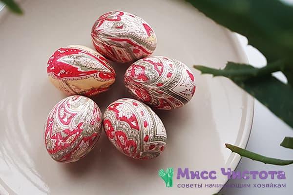 Œufs de Pâques peints avec des rabats en soie