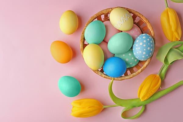 Oeufs de Pâques avec motif glaçage au sucre