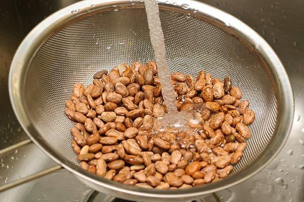 Rincer les haricots sous l'eau courante