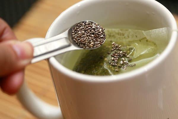 Ajout de graines de chia au thé