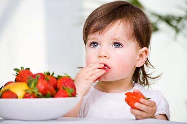 Enfant mangeant des fraises