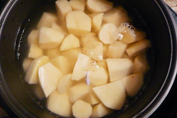 Faire tremper les pommes de terre dans un bol multicuiseur
