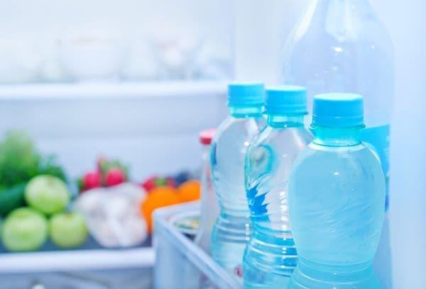 Flessen water in de koelkast