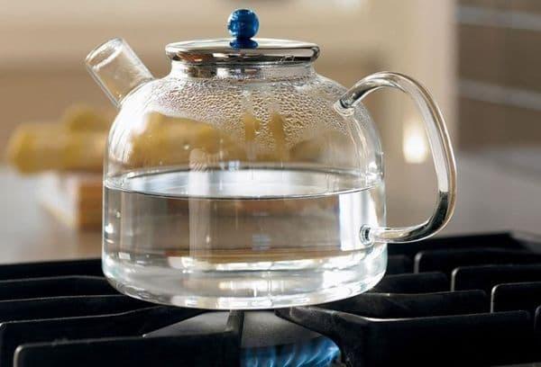 Water in een glazen theepot