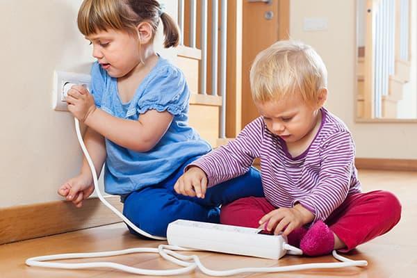 Les enfants jouent avec un parasurtenseur