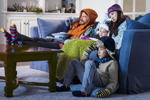 Famille dans un appartement froid