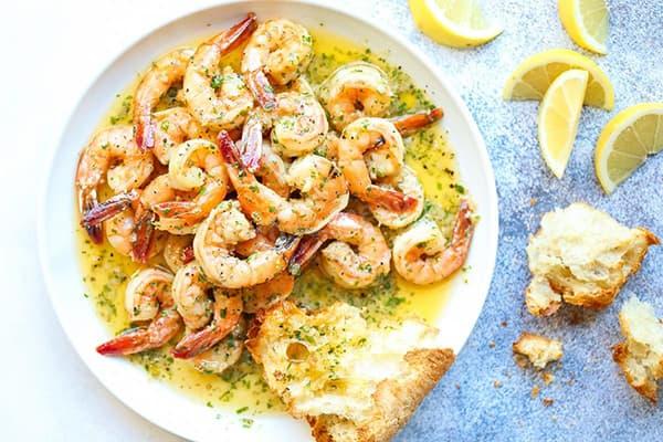 Crevettes cuites à l'huile avec des épices