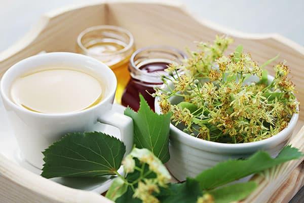 Thé au tilleul, miel et confiture