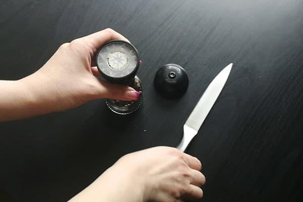 Ouvrir un moulin à usage unique avec un couteau