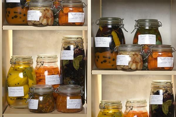 Légumes fermentés et marinés dans des bocaux