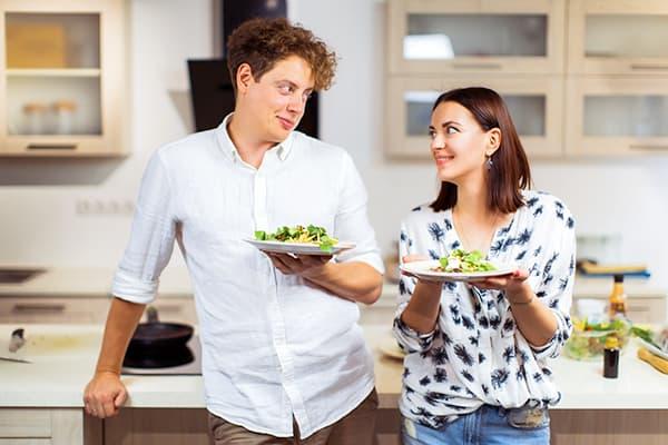 Koppel met borden salade
