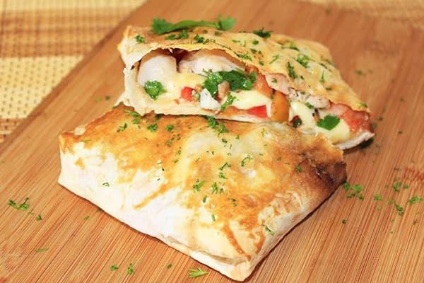 Lavash-enveloppen met kip en groenten