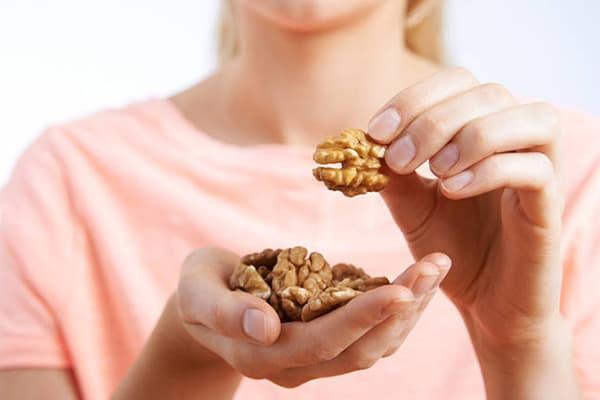 Fille mange des noix