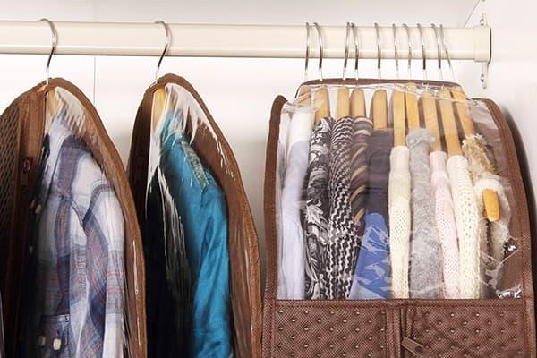 Stockage des vêtements dans des couvertures