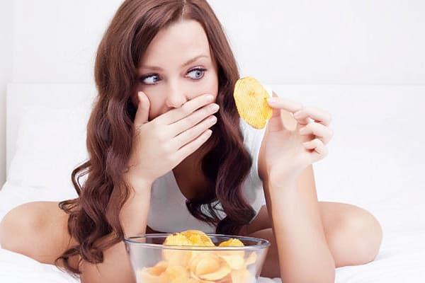 Fille mangeant des frites